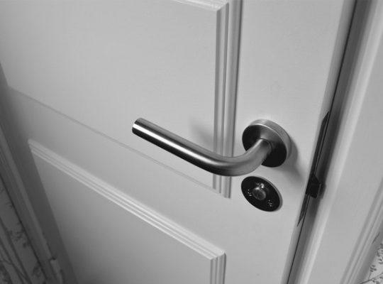 Czym pomalować drewniane drzwi na biało?